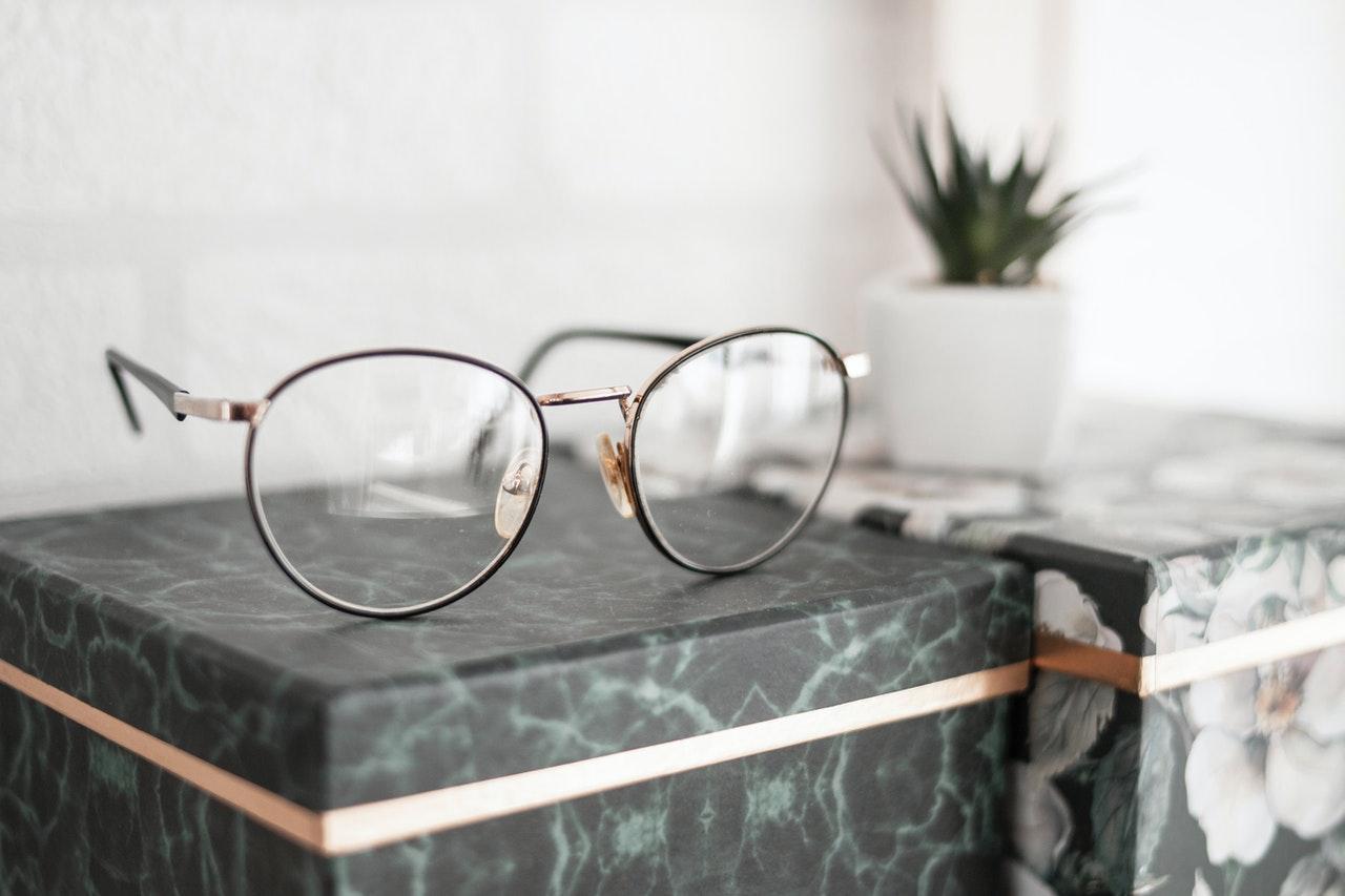 kacamata untuk wajah kotak